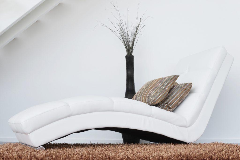 Nos conseils pour déjaunir un fauteuil en cuir blanc